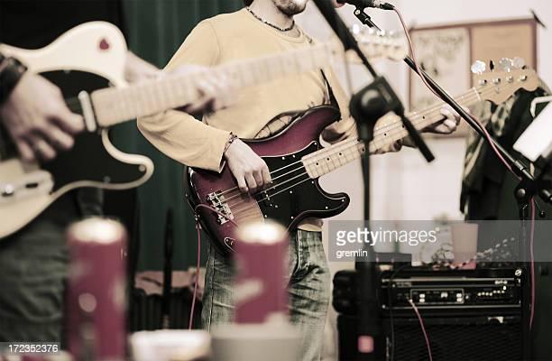 rock band musicisti mi dedicavo alle prove nel garage - pizzicare le corde di uno strumento foto e immagini stock