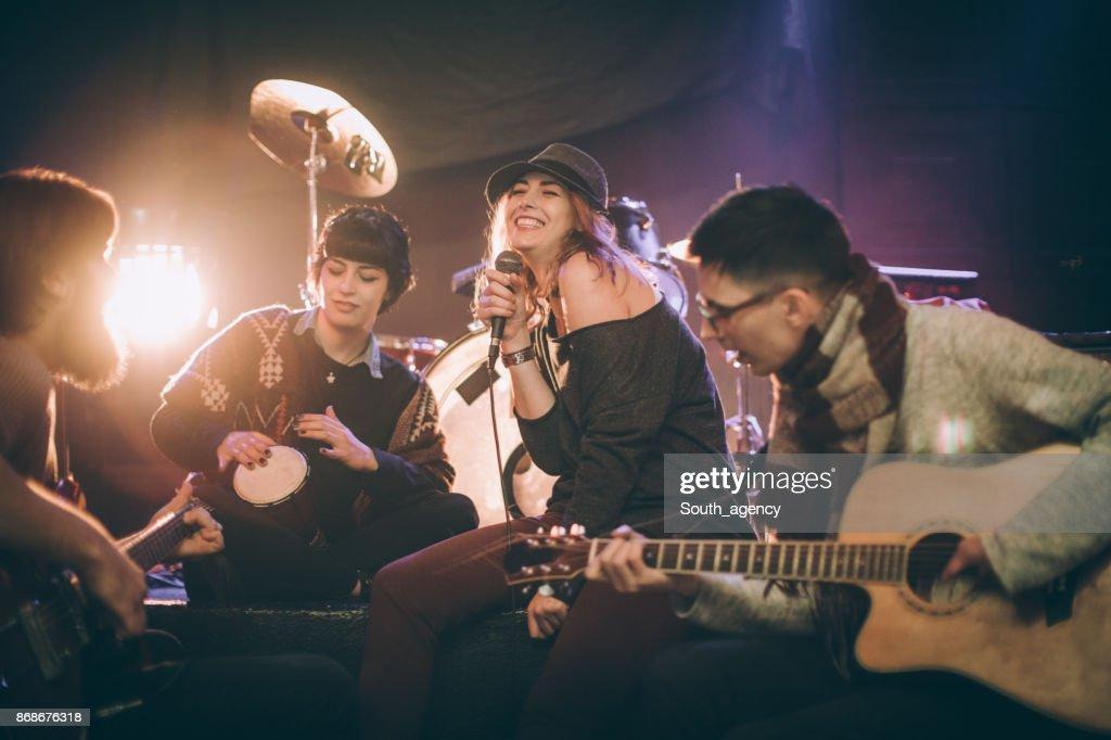 ロックバンドのステージで演奏 : ストックフォト