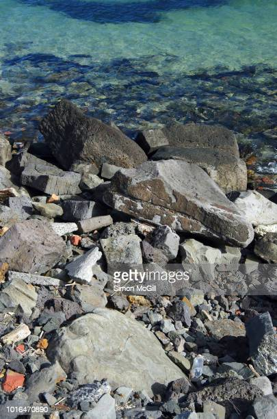 rock breakwater on the edge of the sea - rivage photos et images de collection