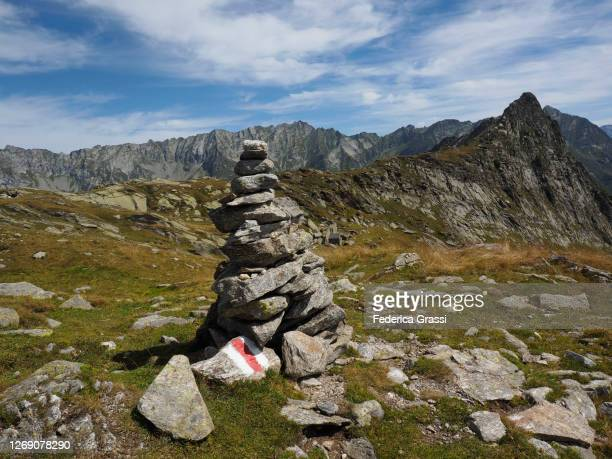 rock cairn made by hikers at filo della taneda in peccia valley - トレイル表示 ストックフォトと画像