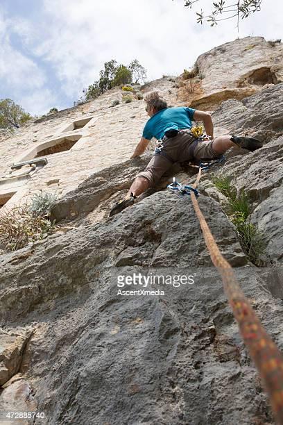 Escaladeur atteint une falaise verticale stone Habitat ci-dessous