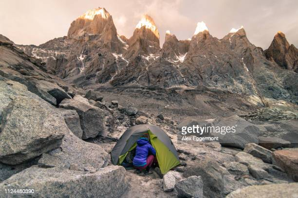 rock climber camping in el chaltén, south patagonia, argentina - cerro torre photos et images de collection