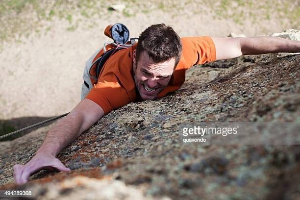 Escaladeur escalade la montagne