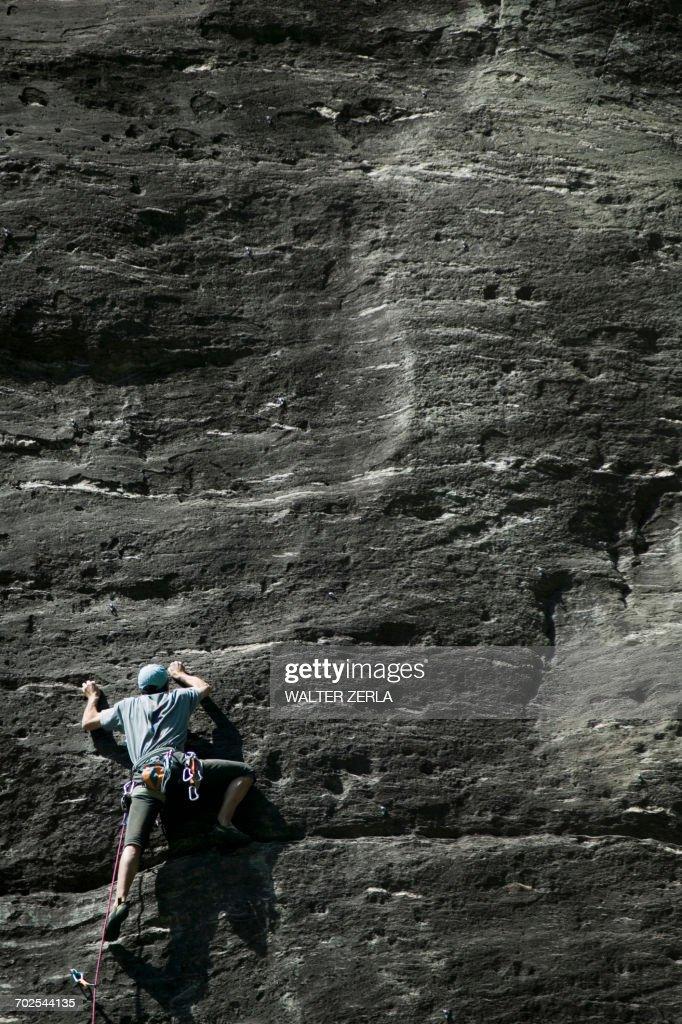 Rock climber climbing rock face : Stock Photo