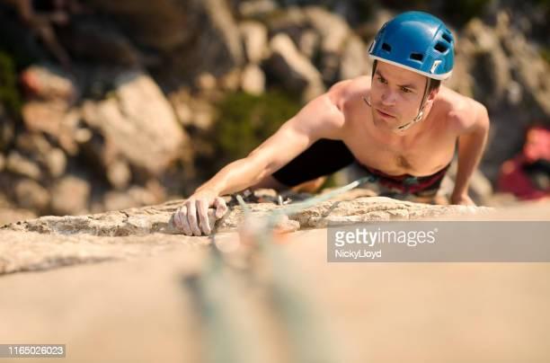 rock climber on the move - nicky pende foto e immagini stock