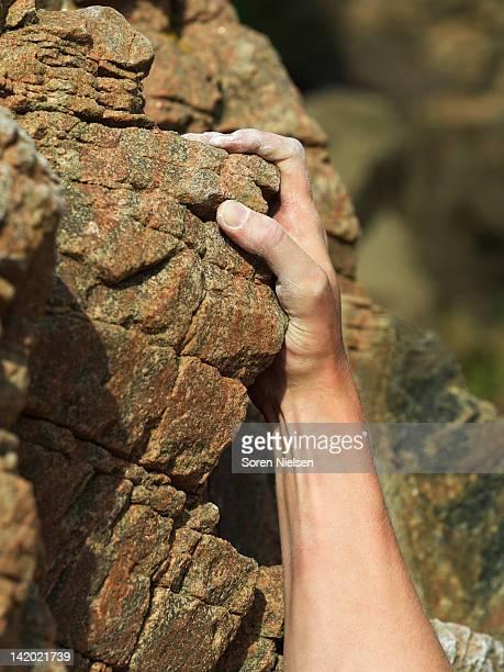 Grimpeurs sur la face abrupte de la paroi à la main