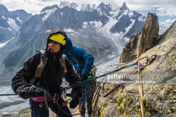 rock climbers rappelling in french alps, le soleil rendez-vous avec la lune on grepon, aiguille du grepon, haute-savoie, france - sicherheitsausrüstung stock-fotos und bilder