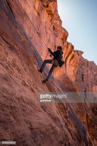 bergsteigen und klettern abenteuer fotograf in moab-utah - amerikanische kontinente und regionen stock-fotos und bilder