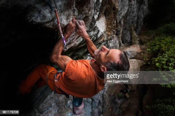 rock climbing, hidden valley, cat ba island, vietnam - extremsport stock-fotos und bilder