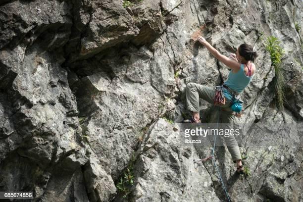 イタリア アルプスのロック クライミング若い女性: 登山