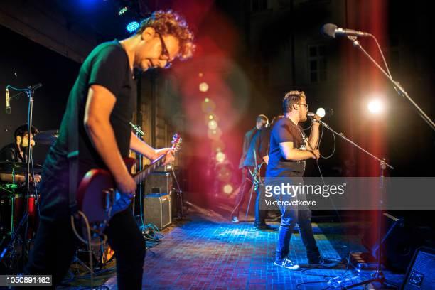 rockconcert - muziekgroepen stockfoto's en -beelden