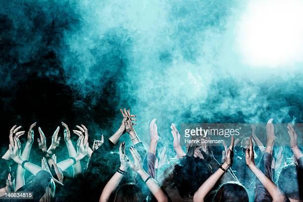 rock concert - applaudieren stock-fotos und bilder