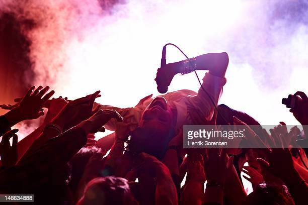 rock concert - performer stock pictures, royalty-free photos & images