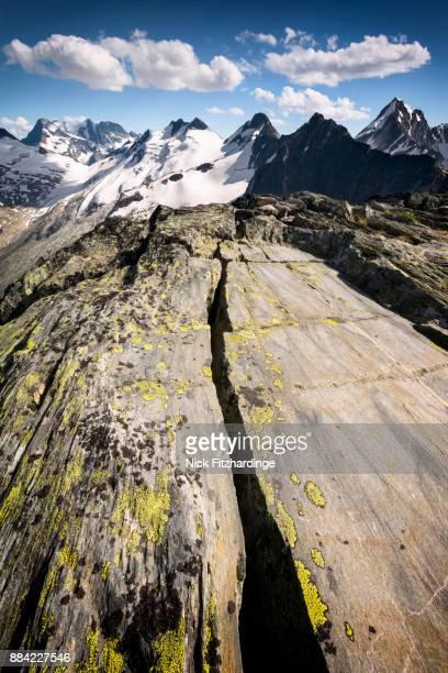 a rock crack on the summit of 2465m mt abbott, glacier national park, british columbia, canada - crack imagens e fotografias de stock
