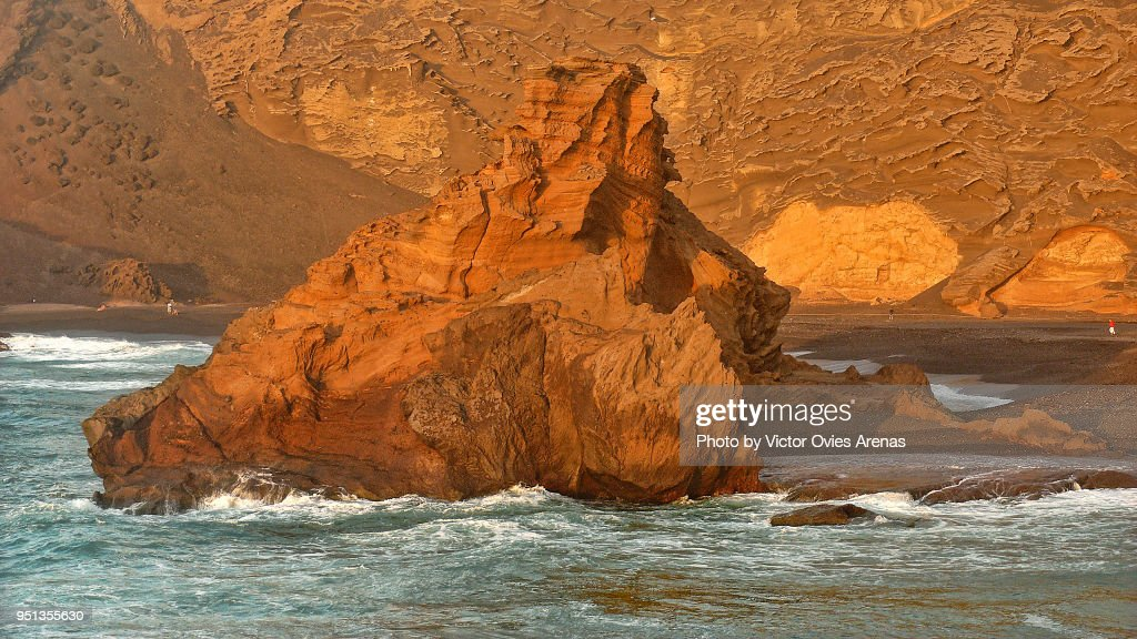 Rock formation in El Golfo beach at sunset in Lanzarote, Canary Islands, Spain : Foto de stock