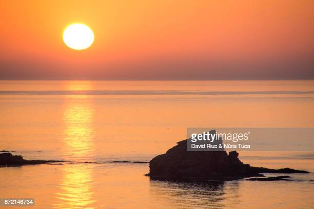 rock formation silhouette at sunset - cielo stock pictures, royalty-free photos & images