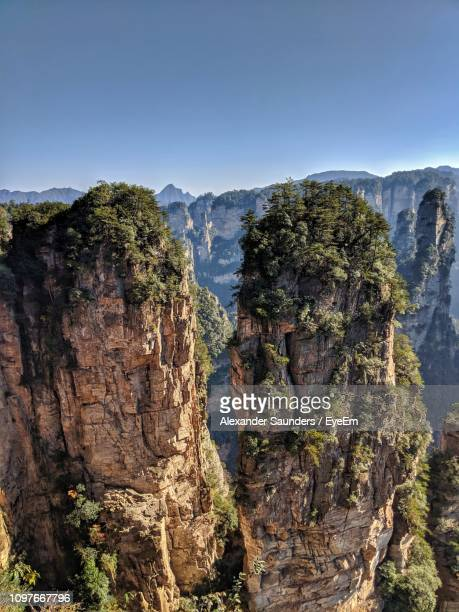 rock formations in mountains - cliff saunders stock pictures, royalty-free photos & images