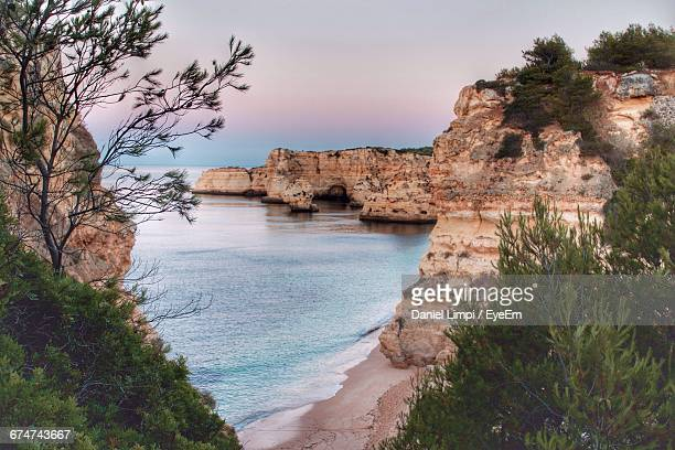 rock formations in sea at praia da marinha during sunset - algarve fotografías e imágenes de stock