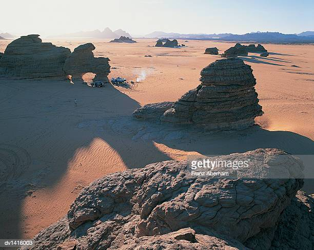 rock formations in the sahara desert, tibesti, chad - franz aberham foto e immagini stock