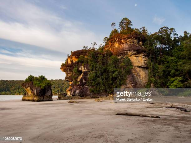 rock formations on beach - marek stefunko imagens e fotografias de stock