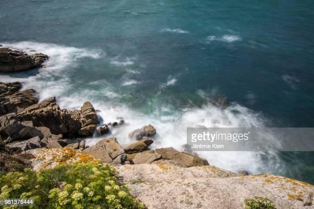 rock formations on coastline, cote sauvage, quiberon, brittany, france - klein foto e immagini stock