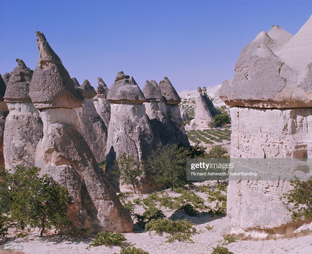 Rock formations resulting from differential erosion, Goreme Valley, Cappadocia, Anatolia, Turkey, Asia Minor, Asia : Foto de stock