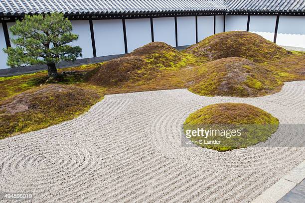 Rock gardens are normally built alongside Japanese temple hojo buildings. However, the gardens at Tofukuji's Hojo are unique for surrounding the...