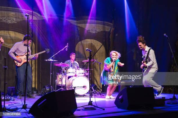 ロック グループのコンサートで演奏 - performance group ストックフォトと画像