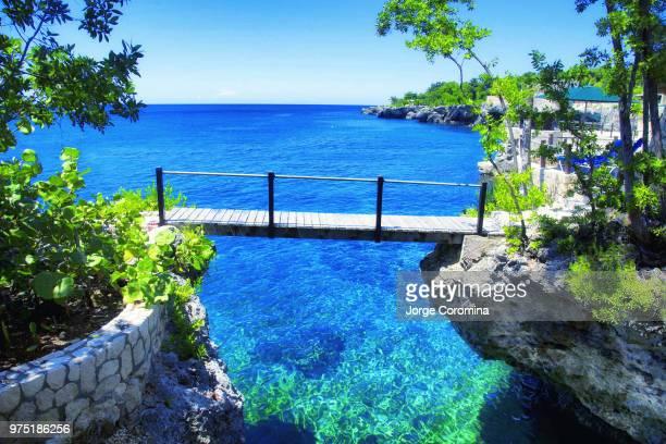 rock house bridge - paisajes de jamaica fotografías e imágenes de stock