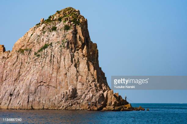 rock island and anglers - 岩壁 ストックフォトと画像
