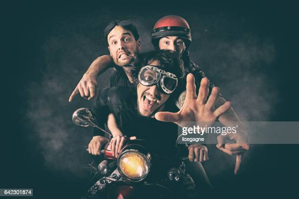 musiciens de rock s'amuser - très tendance photos et images de collection