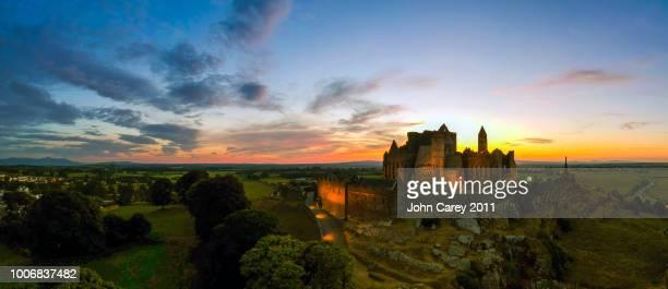 rock of cashel panorama sunset - ティッペラリー州 ストックフォトと画像
