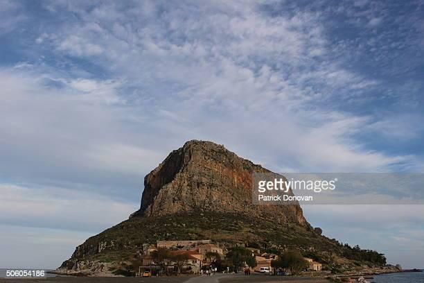 rock of monemvasia, greece - monemvasia - fotografias e filmes do acervo