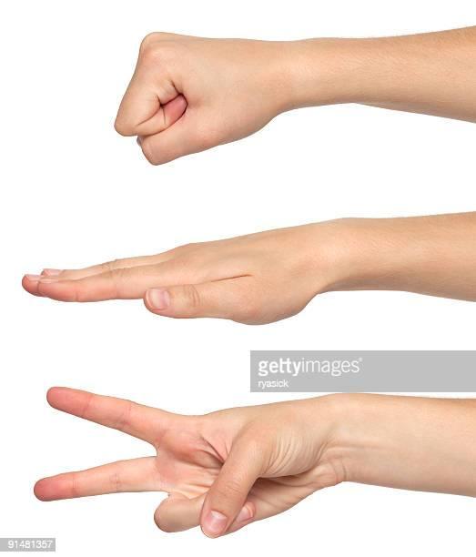 femme mains jouant au jeu papier pierre ciseaux geste jeu sur blanc - rock object photos et images de collection