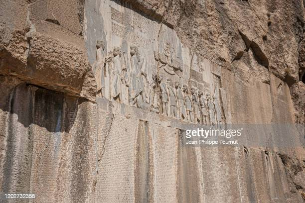 rock relief and cuneiform inscription from bisotun (bisutun, behistun), message from darius the great, kermanshah province, iran - ダレイオス1世 ストックフォトと画像
