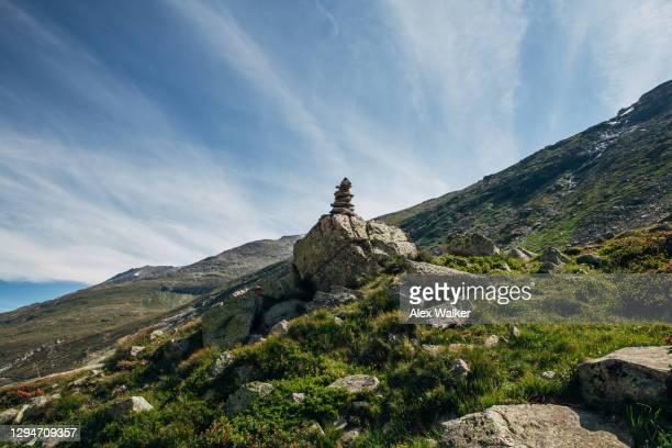 rock stack in swiss mountains - トレイル表示 ストックフォトと画像