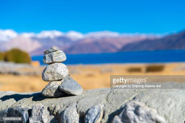 rock stacking with view of the pangong tso lake in background, ladakh, india. - premier plan net photos et images de collection