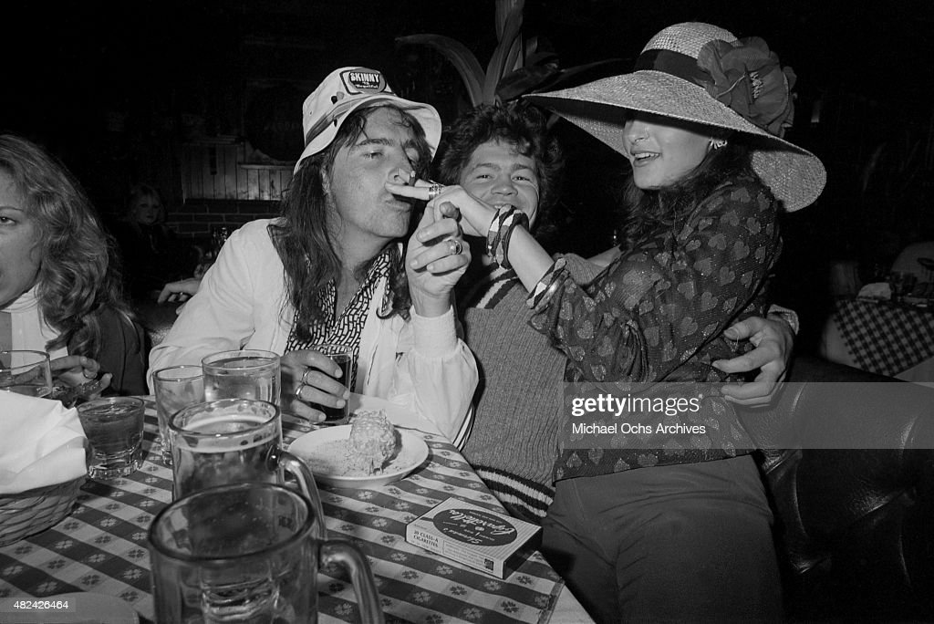 Rock star Alice Cooper and former Monkees singer and drummer Micky Dolenz eat dinner circa 1973 in Los Angeles, California.