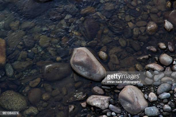 rock textures in the river - piedra roca fotografías e imágenes de stock