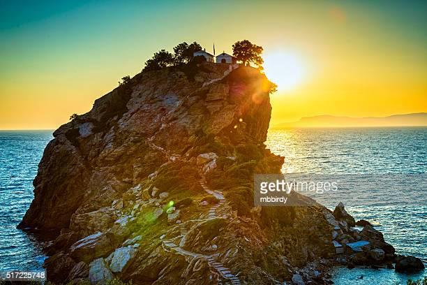 Rock avec Église Agios Ioannis sur Skopelos île au lever du soleil