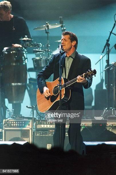 Rockband USASänger Joe Walsh mit Gitarre bei einem Auftritt in der Kölnarena