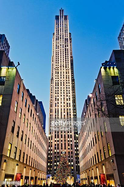 rockefeller center at christmas - rockefeller centre stock pictures, royalty-free photos & images
