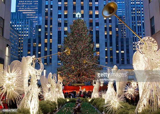 rockefeller center weihnachtsbaum new york city - rockefeller center stock-fotos und bilder