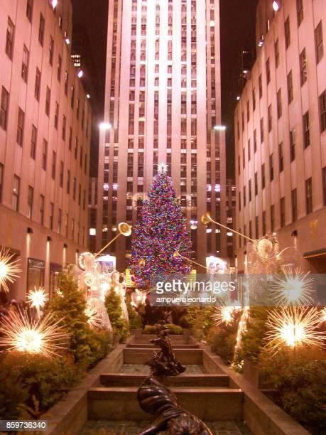 rockefeller center christmas tree - new york weihnachten stock-fotos und bilder