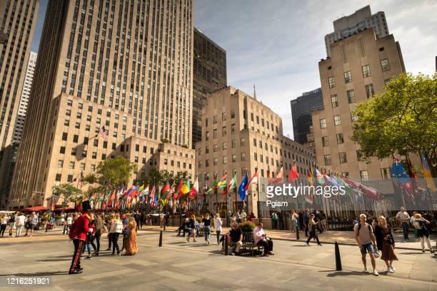 rockefeller center plaza in manhattan new york usa - rockefeller center stock-fotos und bilder