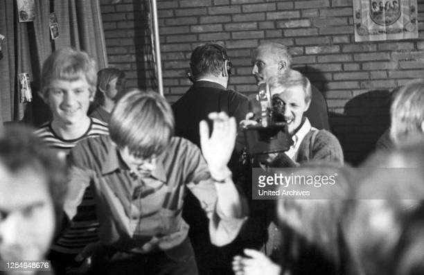 Rockerpastor Wolfgang Weißbach mit seinen Jugendlichen in der Kapernaum Gemeinde in Hamburg, Deutschland 1960er Jahre.