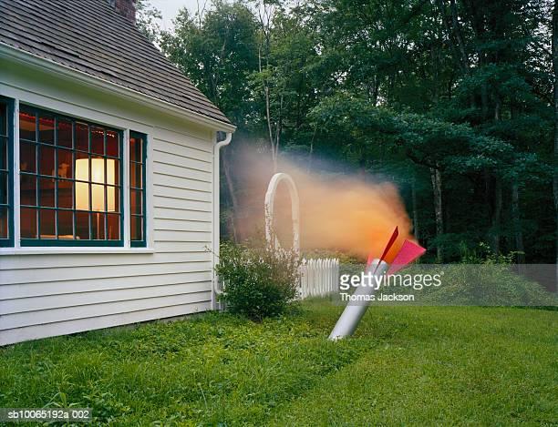 rocket crashing into lawn at front yard - raket wapen stockfoto's en -beelden