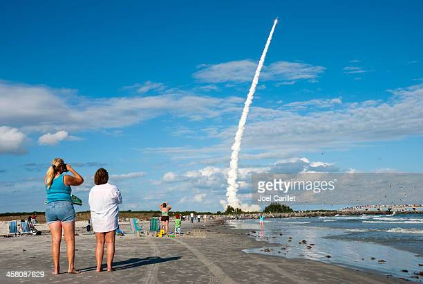 watching a rocket launch - cocoa beach stock pictures, royalty-free photos & images