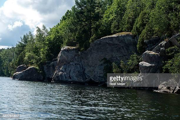 rockface along swedish lake - dalsland - fotografias e filmes do acervo