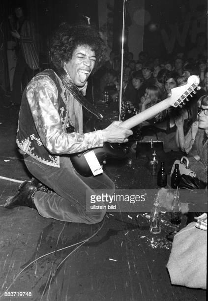 RockGitarrist und Sänger Jimi Hendrix bei einem Konzert in Hamburg